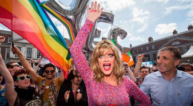 Panti Bliss pred Dublinským hradom. Zdroj: http://www.independent.ie/irish-news/referendum/panti-bliss-ireland-is-no-longer-ruled-by-the-catholic-church-31247490.html