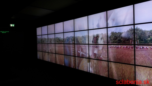Multimediálna prezentácia o živote Rimanov. Celá stena je vytvorená z obrazoviek, na ktorých beží gigantické video.