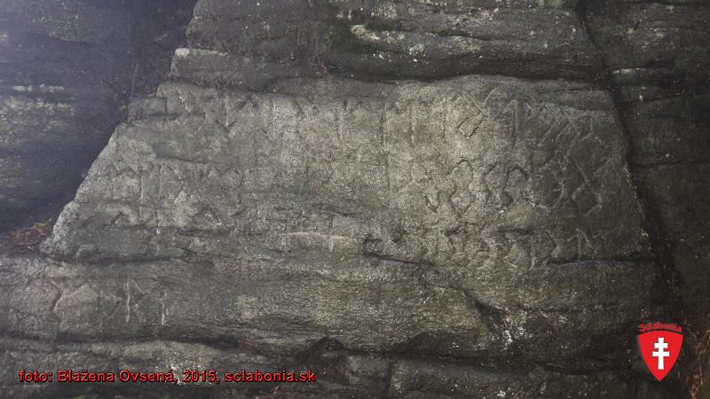 Takéto runy možno nájsť vytesané v skale na vrchole kopca. Meno Velestúr je odvodené od boha Velesa a Tura býka. Tur znamená skalu. Velestúr sa preto nazýva turom, lebo je navrchu skalnatý.