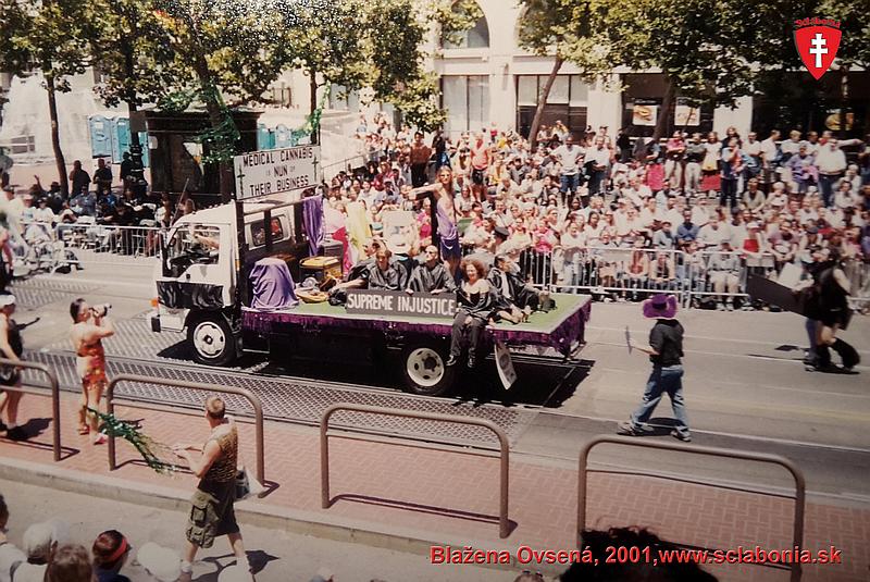 Gay Pride Parade v San Franciscu 2001. Všade desaťtisíce ľudí.