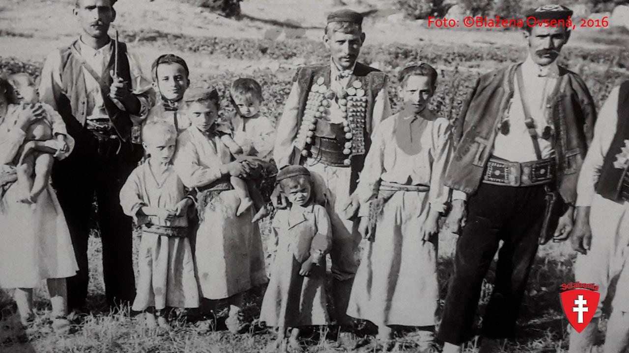 Takto sa nosili tie guľovité ozdoby. Je to veľmi cenná fotka. Možno takto ich nosili aj naše staroslovenské kniežatá.
