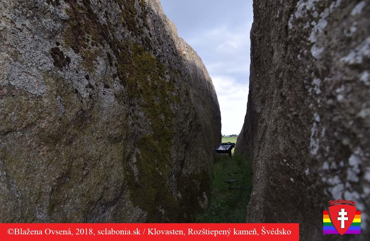 Iný pohľad na rozštiepený kameň.