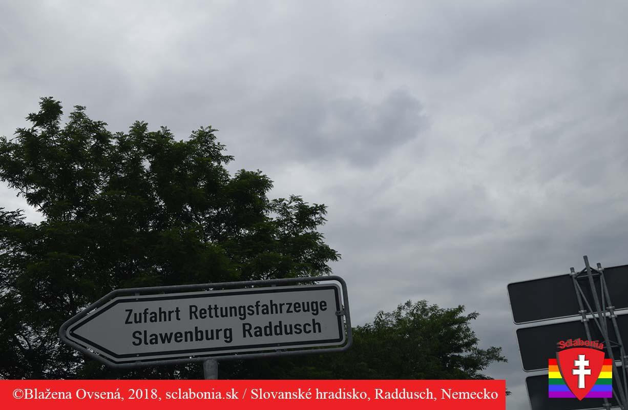 Smerovacia tabuľa na slovanské hradisko Raduš asi 20 km od Chotebuzu.