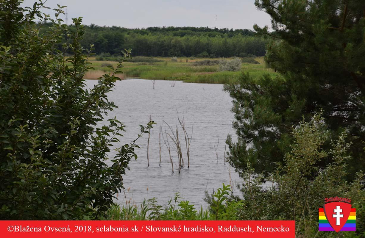 Takto vyzerá neďaleké jazero. Vyzerá trochu ako luh, teda voda, v ktorej rastú stromy. Odtiaľ zrejme aj názov Lužickí Srbi.