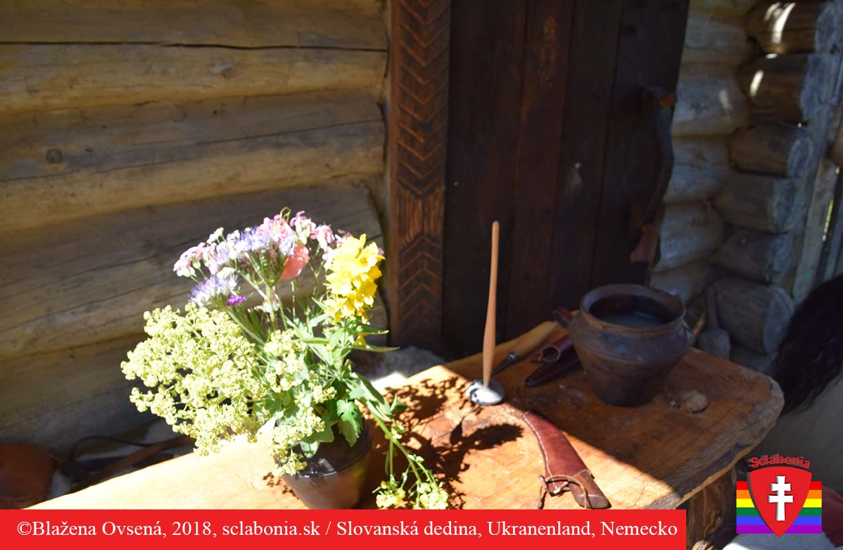 Miestni dobrovoľníci si skrášlili stôl vázou s poľnými kvetinami.
