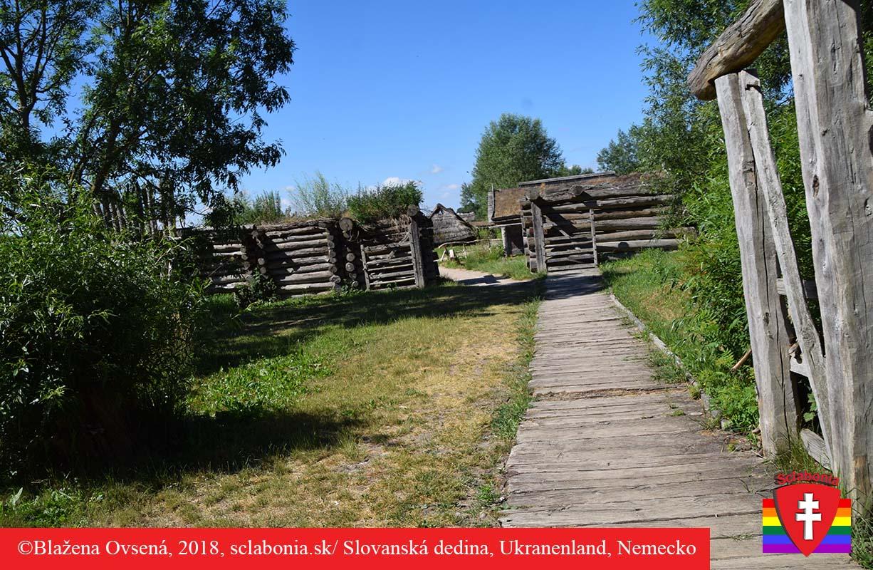 Vstup do dediny v močiaroch je po drevenom chodníku.