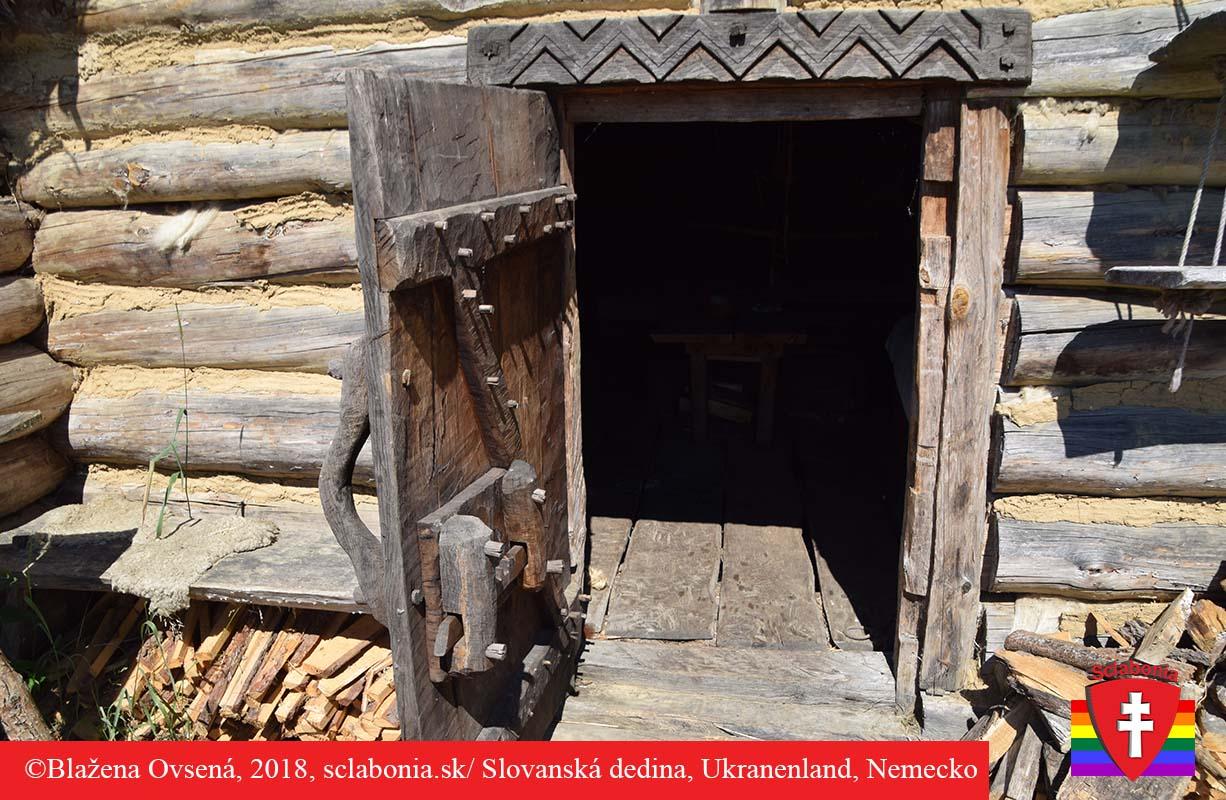 Vstup do slovanskej chyže. Okrasa na zárubni a zámkový mechanizmus na dverách.